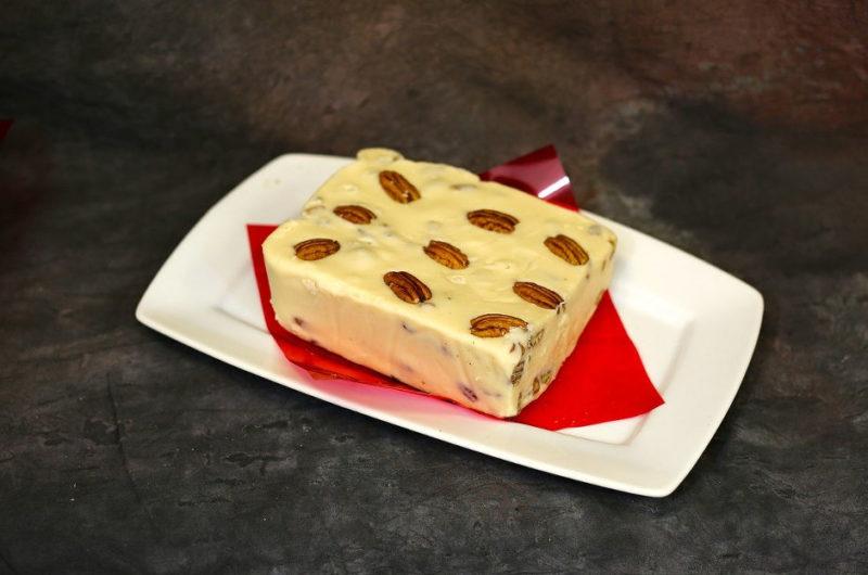 Ciasto lodowe semifreddo z karmelem i orzeszkami