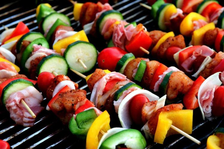 Szaszłyki na grilla z kurczakiem i warzywami