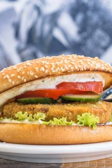 Wegetariański burger kalafiorowy z frytkami