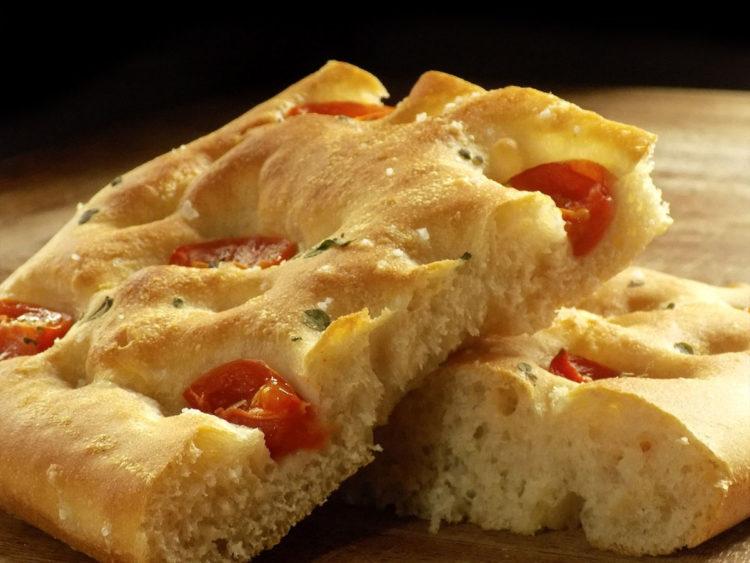 Włoska Focaccia z pomidorkami i rozmarynem