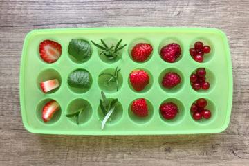 Efektowne kostki lodu z zatopionymi owocami