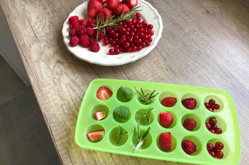 Efektowne kostki lodu z zatopionymi owocami i ziołami