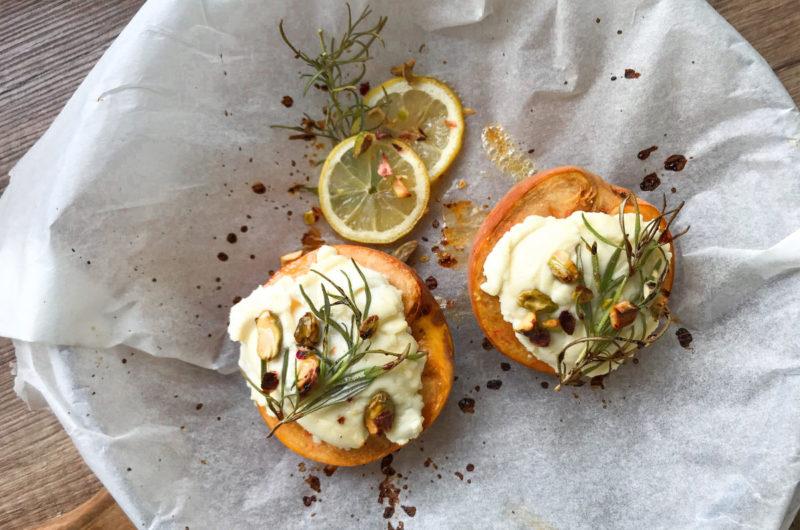 Pieczone brzoskwinie z rozmarynem i owczym serem