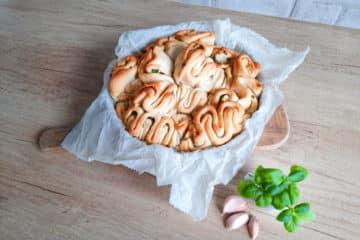 Rwany chlebek z masłem czosnkowo ziołowym