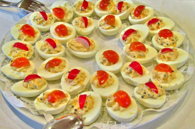 Jajka faszerowane rzodkiewką, szczypiorkiem i żółtym serem