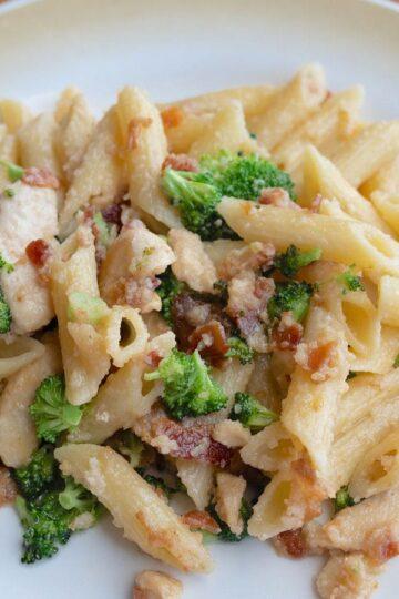 Makaron z brokułami i szynką w kremowym sosie