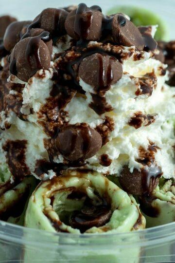 Puszyste domowe lody miętowe z czekoladą