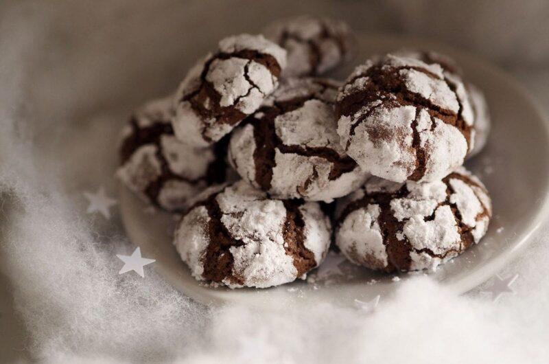 Popękane ciasteczka czekoladowe z gorzką czekoladą