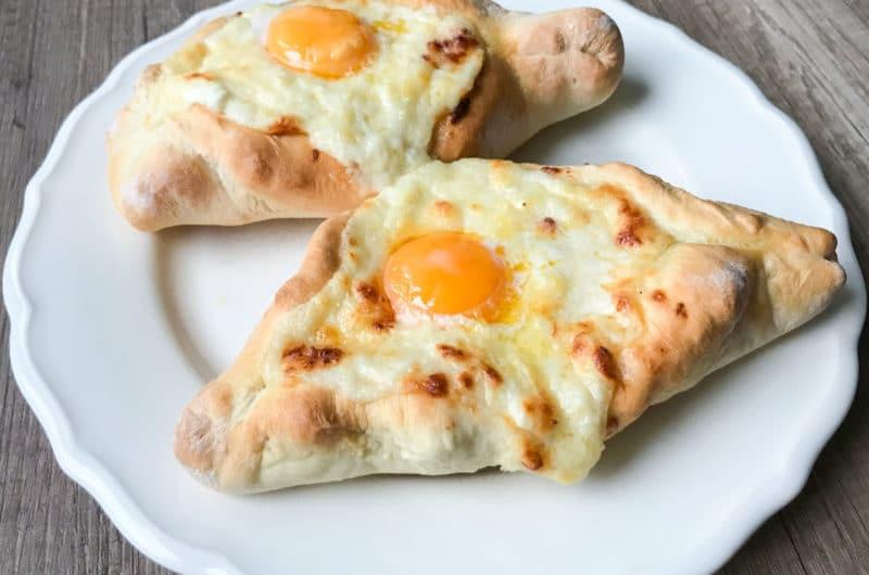 Chaczapuri gruziński chlebek z serem i jajkiem