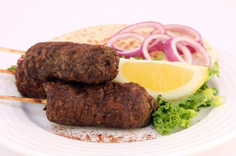 Bałkańskie szaszłyki z mięsa wołowo - wieprzowego