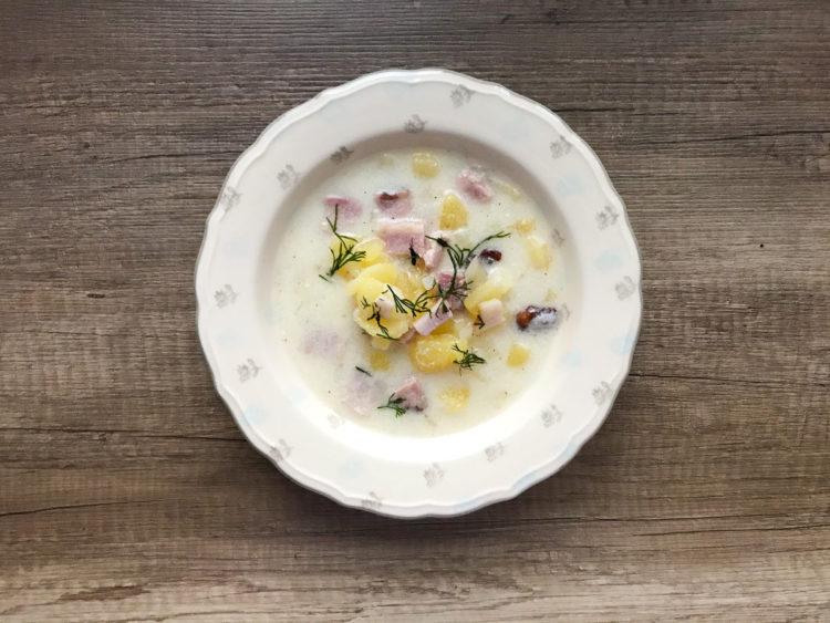 Zupa Biełucha na bazie kwaśnego mleka, z wędzonym boczkiem