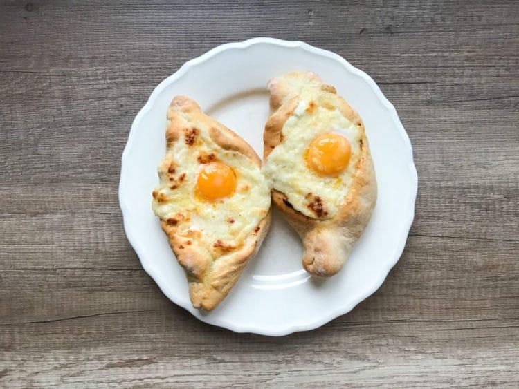 Chaczapuri Adżarskie z serem i jajkiem