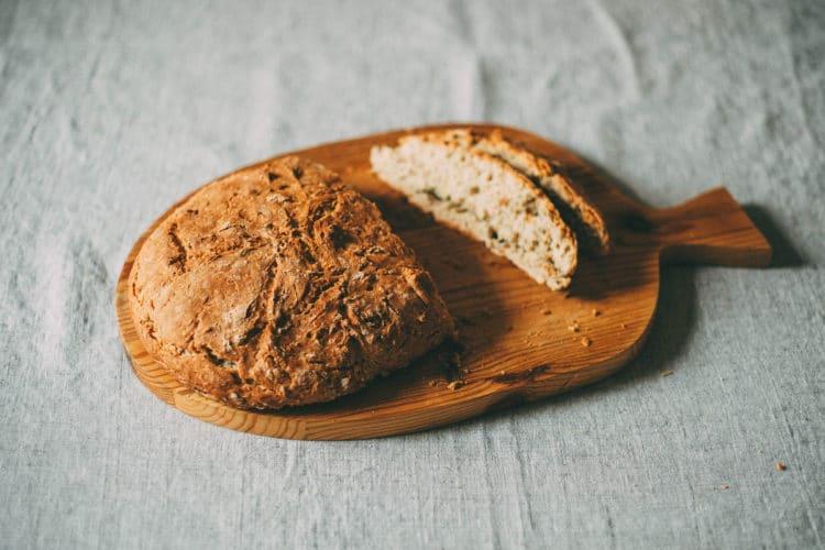 Swojski chleb cebulowy z prażoną cebulką