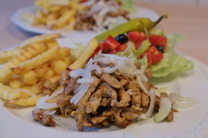 Gyros sałatka warstwowa z kurczakiem