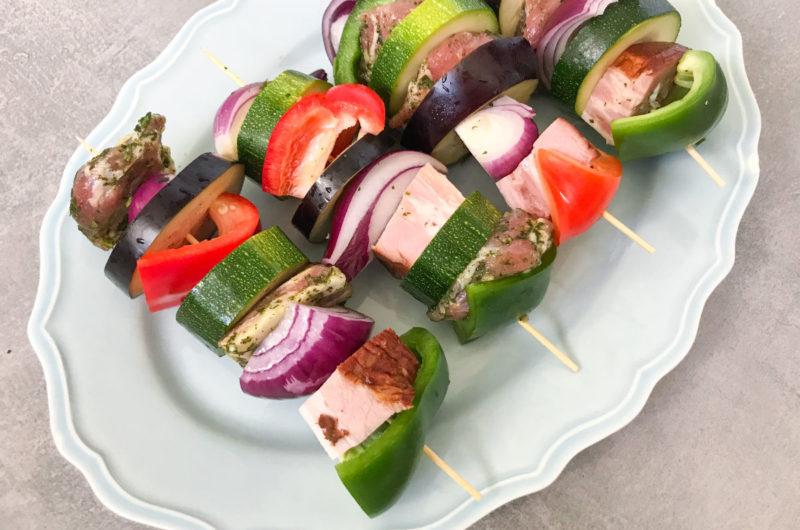 Pieczone w piekarniku szaszłyki z karczkiem, boczkiem i kolorowymi warzywami