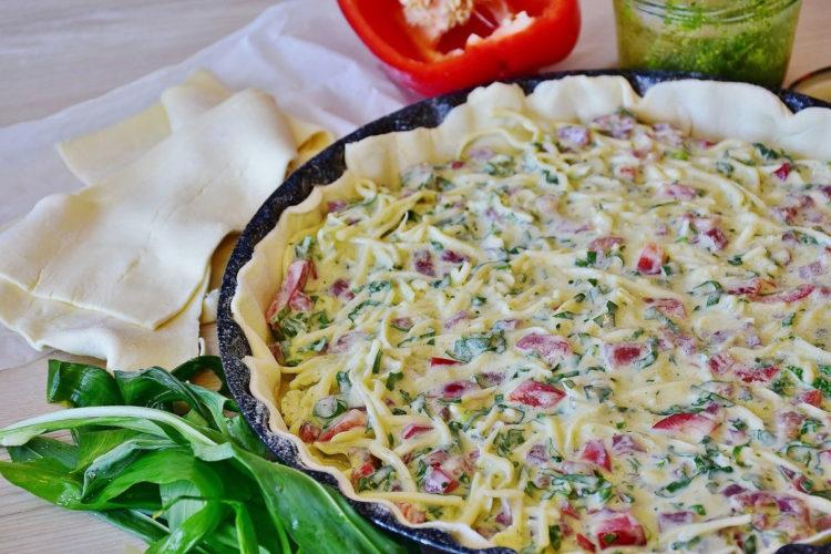 Tarta z karmelizowaną cebulą i chorizo
