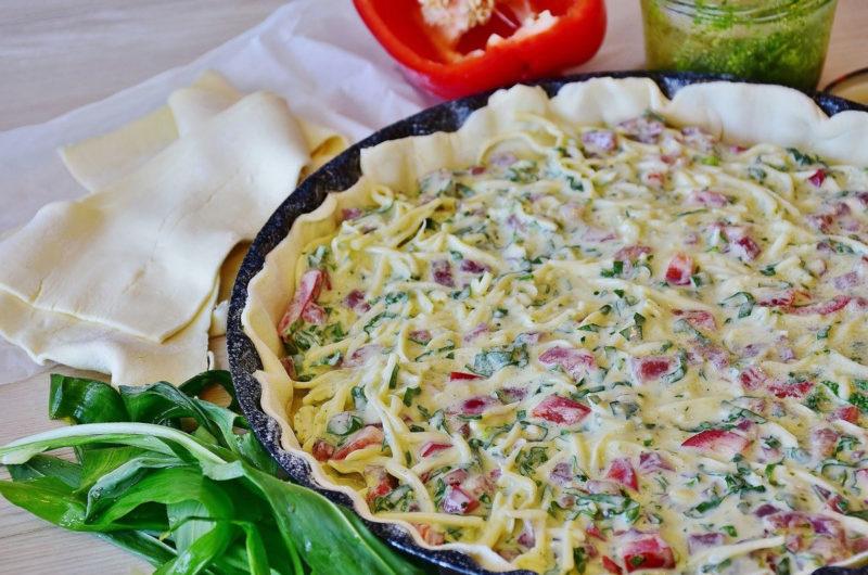 Tarta pizzowa z karmelizowaną cebulą i chorizo