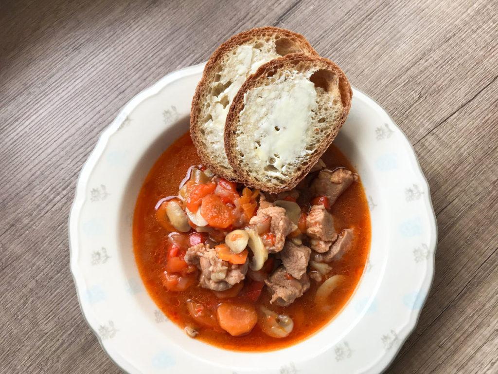 Węgierski gulasz wieprzowy z czerwoną papryką