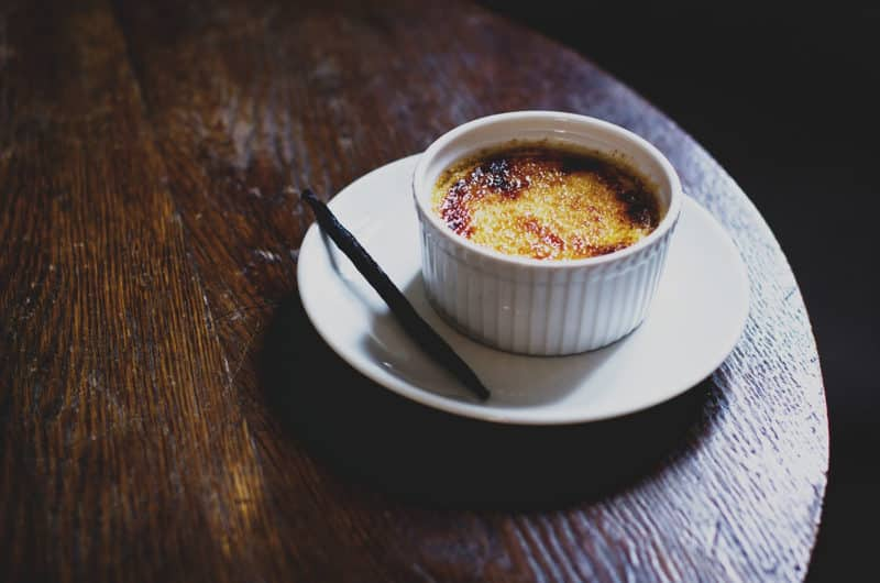 Crème brûlée z karmelizowaną cukrową skorupką