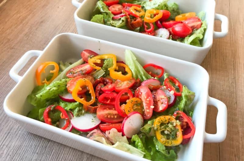 Lekka sałatka ze świeżym bukietem warzyw i ziołowym sosem vinegret