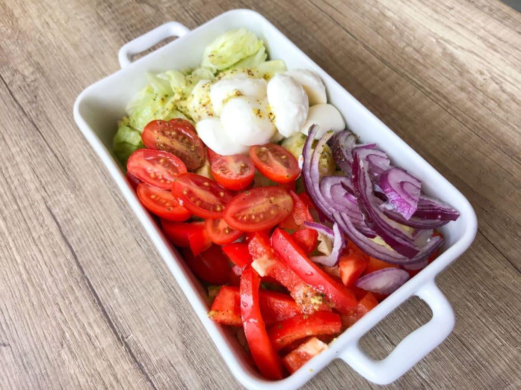 Sałatka z kulkami mozzarelli, pomidorkami i papryką