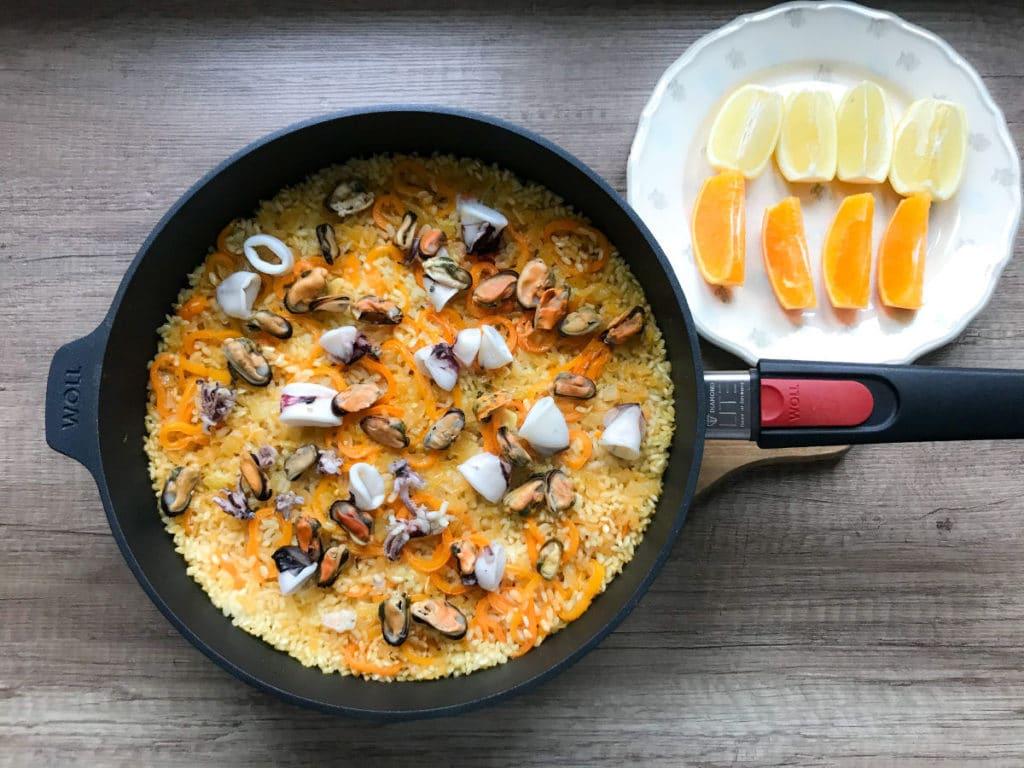 Hiszpańska paella marinera z owocami morza
