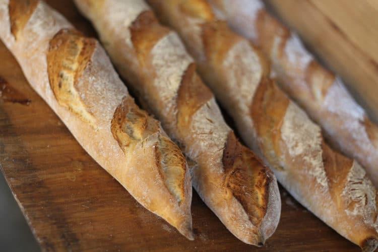 Drożdżowe paluchy chlebowe z makiem i sezamem