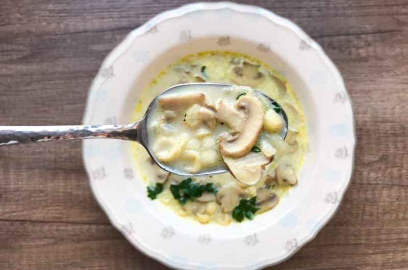 Zupa pieczarkowa z makaronem zakłócona śmietanką