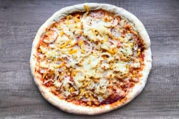 Pizza hawajska z szynką i ananasem