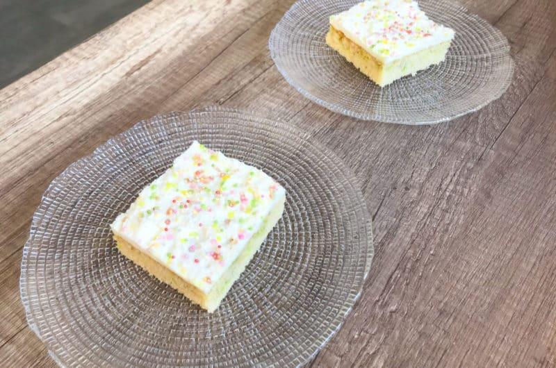 Biszkopt confetti z cukrowymi kryształkami i śmietanką