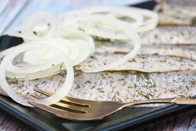 Śledziki w sosie tatarskim z grzybkami i korniszonem