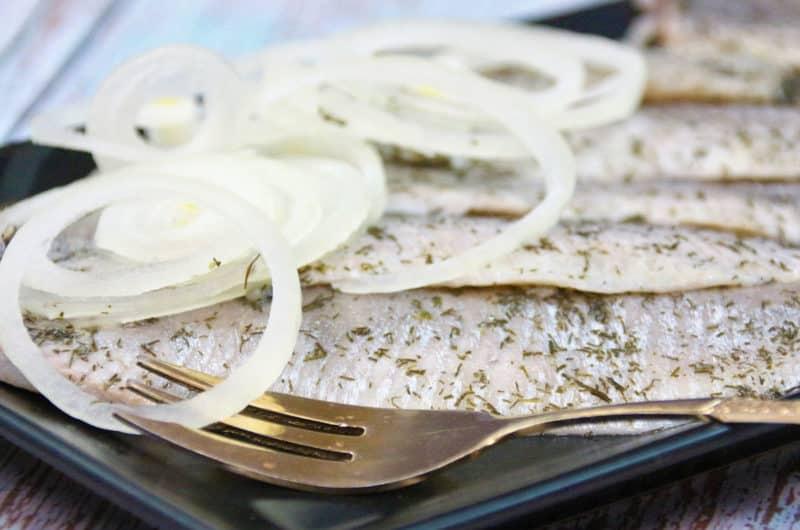 Filety śledziowe po tatarsku z marynowanymi grzybkami i korniszonami
