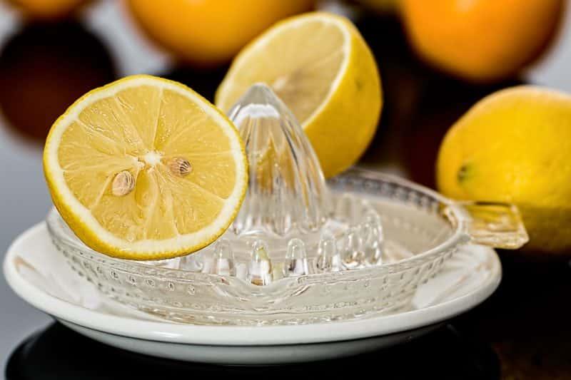 Świeżo wyciśnięty sok z cytryny można wykorzystać w trakcie gotowania do wielu przepisów