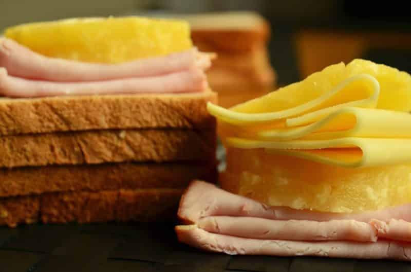 Tosty serowe z szynką świetnie pasują na śniadanie a także jako dodatek do różnych sałatek i zup