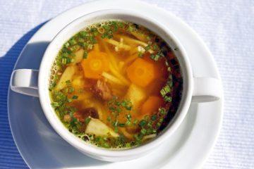 Historia zupy to historia człowieka podana na talerzu. Towarzyszy nam od początku cywilizacji. Jak zupa wpływała na człowieka?