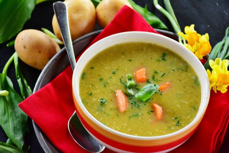 Poznaj historię zupy, przepisy kulinarne na zupy, rosół, zupę pomidorową, zupę ziemniaczaną, gulasz i barszcz ukraiński