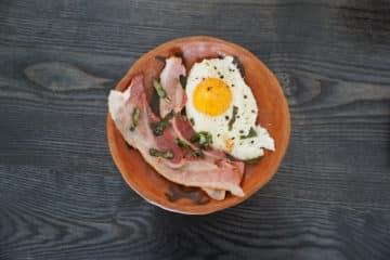 Zupa chrzanowa z jajkiem sadzonym i chrupiącym boczkiem