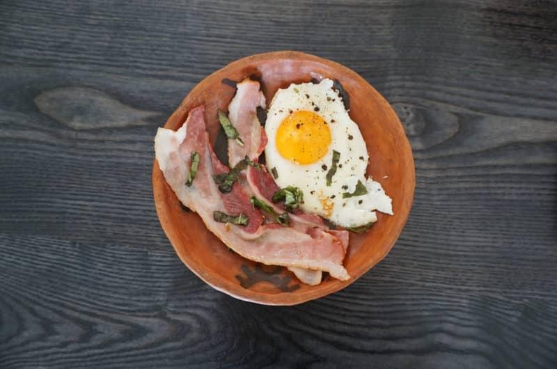 Zupa chrzanowa z jajkiem sadzonym, grzankami i czipsem boczku