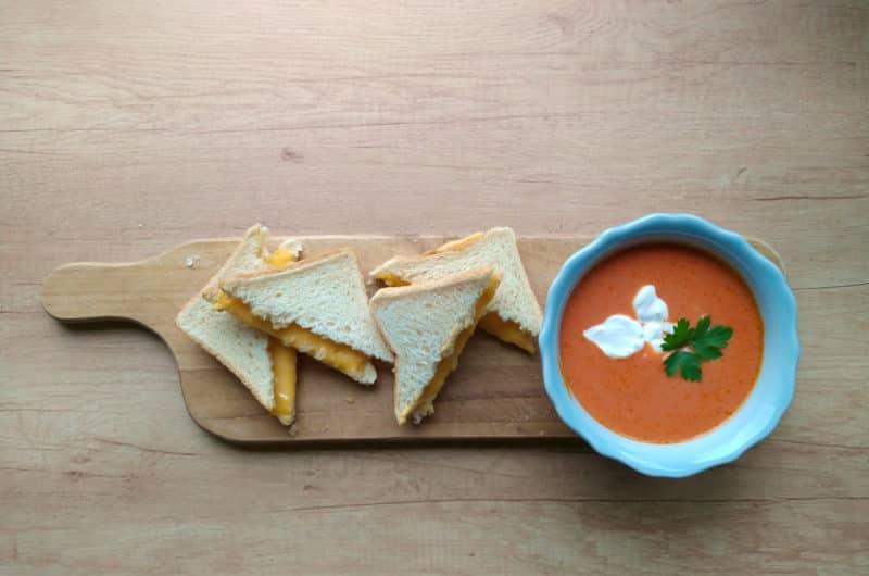 Przepis na zupę pomidorowa z tostami z serem