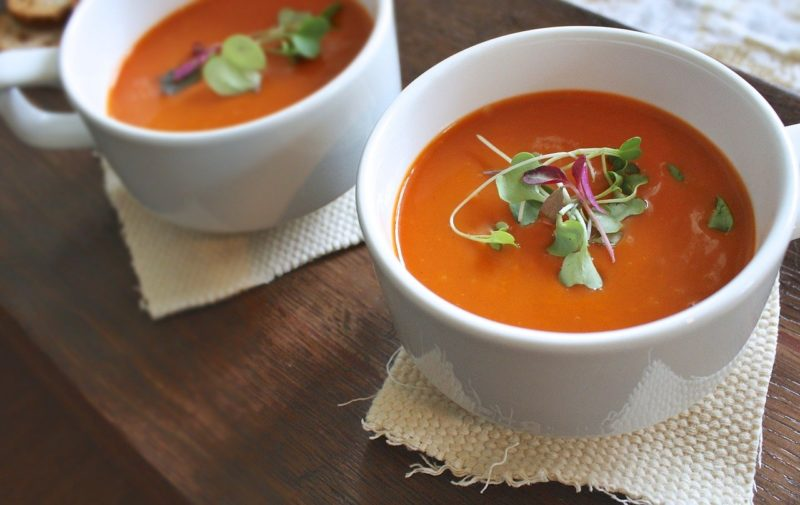 Zupa pomidorowa jest daniem popisowym polskiej kuchni. Może być także wegetariańska