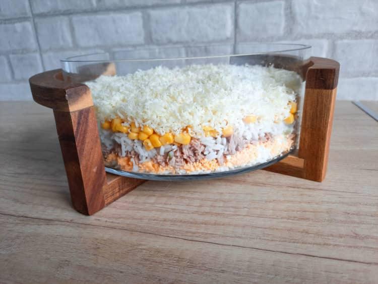 Warstwowa sałatka z tuńczykiem i żółtym serem