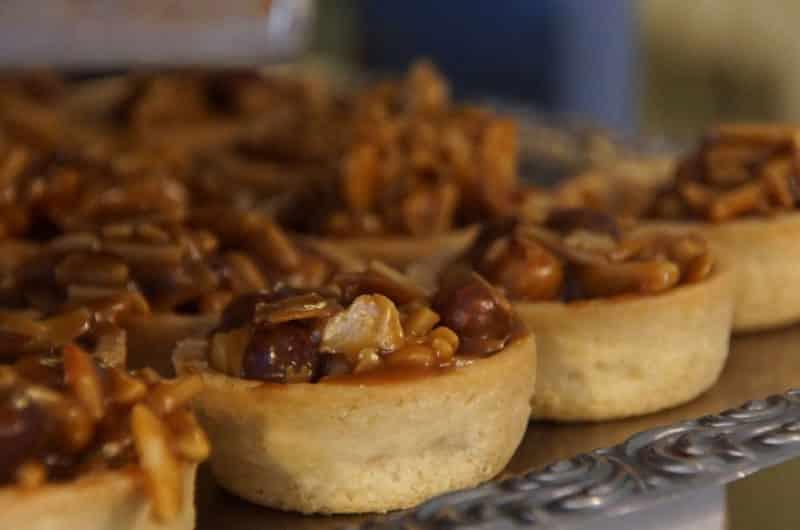 Sernik z kajmakiem i migdałami na ciasteczkowym spodzie