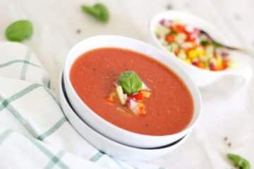Zupa pomidorowa. Tradycyjne polskie danie, któe może być przygotowane bez mięsa.