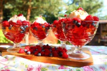 Deser w pucharkach z galaretką i owocami