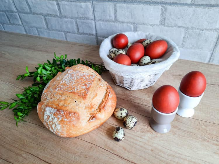 Skorupki jajek bawione w łupinach cebuli