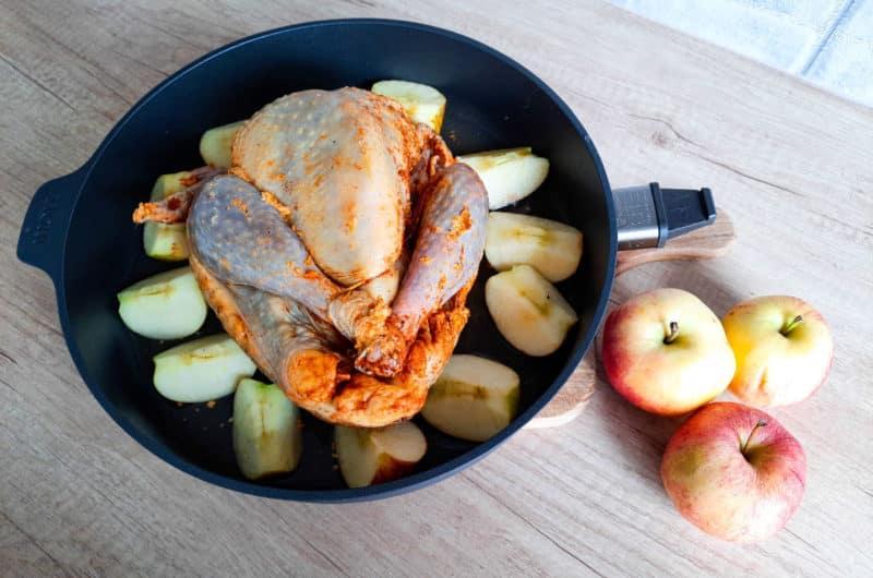 Przepis na pieczoną perliczkę w sosie z białego wina i jabłkami podawana z puree z batatów