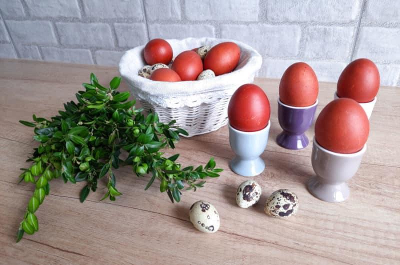 Wielkanocne pisanki barwione w łupinach z cebuli
