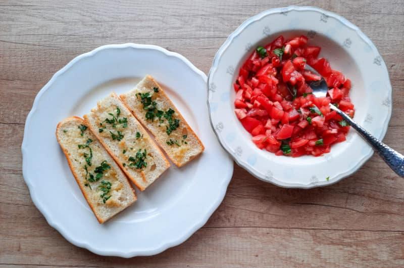 Chrupiąca bruschetta ze słonecznymi pomidorami