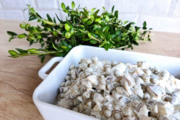 Sałatka tatarska z grzybkami, groszkiem i korniszonem