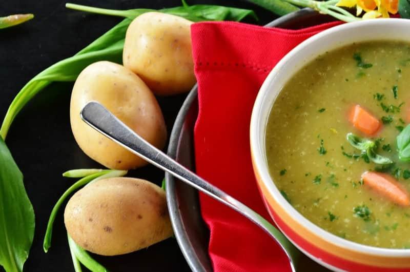 Zupa szczawiowa z jajem na półtwardo i puree z ziemniaków